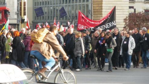 """Banderole du syndicat CNT Dijon, """"grève générale"""" à la manifestation de Dijon contre la réforme des retraites"""