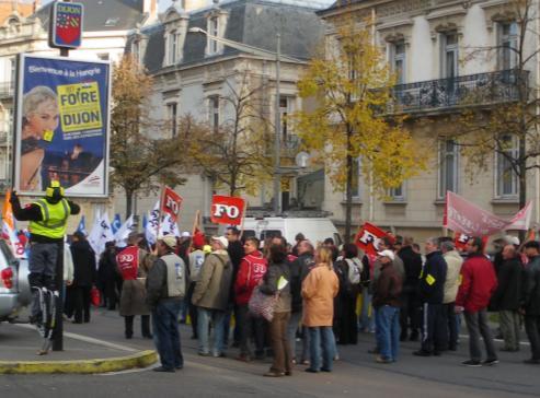 """Autocollant et foire de Dijon"""" à la manifestation de Dijon contre la réforme des retraites"""