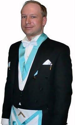 Anders Behring Breivik en grande tenue des Francs-maçons norvégiens de la Loge de Saint-Jean Saint-Olaf aux trois colonnes d'Oslo